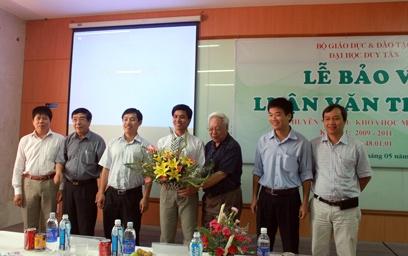 Học viên Trần Lê Thăng Đồng nhận hoa chúc mừng của Hội đồng chấm luận văn